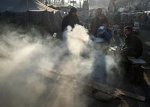 Палаточный городок на майдане в центре Киева 24 декабря 2013 года. Украинская оппозиция, не добившись протестами уступок от Виктора Януковича, переходит к осаде власти с прицелом на конституционную реформу, сокращение полномочий президента и победу на выборах через год. REUTERS/Gleb Garanich