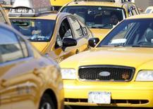 """Такси в аэропорту Ля Гуардия в Нью-Йорке 19 ноября 2012 года. Таксист из Лас-Вегаса заслужено может гордиться званием """"водитель года"""" после того, как вернул владельцу $300.000, забытые на сидении его авто, пишет Las Vegas Sun. REUTERS/Carlo Allegri"""