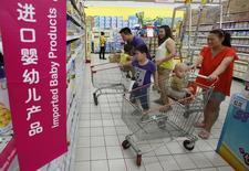 Dans un supermarché de Pékin, l'été dernier. La Chine va durcir au début de l'an prochain la réglementation en vigueur sur le lait pour nourrissons, dans le but de restaurer la confiance dans les producteurs locaux et d'apaiser les craintes liées à ces produits, qui représentent un marché estimé à 12,4 milliards de dollars (9,1 milliards d'euros). /Photo prise le 3 juillet 2013/REUTERS/Kim Kyung-Hoon