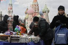 Уличные торговцы близ ж/д станции в Москве 29 февраля 2012 года. Потребительская инфляция в РФ за неделю до Нового года достигла 6,3 процента с начала года против 6,4 процента годом ранее, сообщил Росстат в среду. REUTERS/Sergei Karpukhin