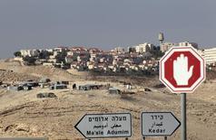 لافتة تشير إلى مستوطنة معالي ادوميم في الضفة الغربية قرب القدس بصورة التقطت يوم 13 نوفمبر تشرين الثاني 2013 - رويترز