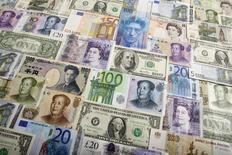 Различные купюры, Варшава, 26 января 2011 года. Рубль торгуется с минимальными изменениями к бивалютной корзине и доллару США, дорожает к евро в начале торгов четверга. REUTERS/Kacper Pempel