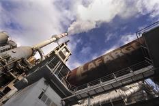 Lafarge va céder au groupe belge Etex sa part résiduelle de 20% dans les activités de plâtre en Europe et en Amérique du Sud pour 145 millions d'euros. /Photo d'archives/REUTERS/Bor Slana
