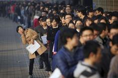 Очередь на ярмарку вакансий в Университете Тяньцзиня 22 ноября 2013 года. Китай намерен сохранить уровень зарегистрированной безработицы ниже 4,6 процента в 2014 году, не изменив ориентира на 2013 год, сообщило официальное новостное агентство Синьхуа со ссылкой на министра трудовых ресурсов и социального обеспечения КНР. REUTERS/Stringer