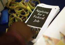 Folleto en una feria laboral en Los Angeles, California, nov 18, 2013. El número de estadounidenses que presentaron nuevas solicitudes de subsidios por desempleo cayó la semana pasada a su menor nivel en casi un mes, una señal de esperanza para el mercado laboral. REUTERS/Lucy Nicholson