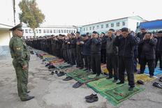 Заключённые на праздновании Курбан-Байрама в тюрьме под Душанбе 26 октября 2012 года. Верховный суд Таджикистана приговорил учредившего центристскую партию коммерсанта Зайда Саидова к 26 годам тюрьмы за изнасилование, мошенничество, взяточничество и многожёнство, что критики восприняли как сигнал власти обществу избегать политики. REUTERS/Nozim Kalandarov