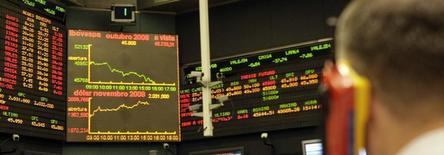 Traders trabalham na BM&F Bovespa em São Paulo. O fluxo cambial brasileiro, entrada e saída de moeda estrangeira do país, ficou negativo em 3,505 bilhões de dólares na semana passada, informou o Banco Central nesta quinta-feira. 02/10/2008 REUTERS/Paulo Whitaker