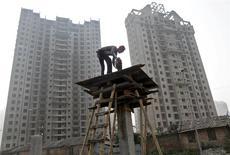 A labourer works at the construction site of a residential complex in Kolkata December 21, 2013. India's biggest cities face a worsening shortage of migrant manual labourers. REUTERS/Rupak De Chowdhuri