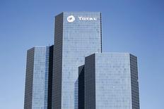 Total, qui a annoncé vendredi que Qatar Petroleum International était entré au capital de Total E&P Congo à hauteur de 15%, à suivre vendredi à la Bourse de Paris. /Photo d'archives/REUTERS/Charles Platiau