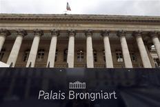 Les Bourses européennes sont en nette hausse à la mi-séance vendredi. À Paris, le CAC 40 gagne 0,99% à 4.260,33 points à 12h05 GMT. À Francfort, le Dax prend 0,78% à 9.562,71 après un plus haut à 9.567,53 et à Londres, le FTSE avance de 0,7% à 6.740,85. /Photo d'archives/REUTERS/Charles Platiau