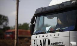 Motorista de caminhão com os pés no painel conforme espera para descarregar seu carregamento de grãos de cereais em Alto de Araguaia. A Invepar venceu nesta sexta-feira a disputa pela concessão do trecho da BR-040 (DF/GO/MG), no quinto e último leilão de rodovia federal deste ano, ao fazer oferta com deságio de 61,13 por cento sobre a tarifa de pedágio máxima permitida pelo governo. 24/09/2012 REUTERS/Nacho Doce