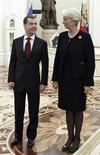 """Глава МВФ Кристин Лагард (справа) и Дмитрий Медведев в бытность президентом России на встрече в Кремле 7 ноября 2011 года. Россия может оформить часть обещанных Украине заимствований в виде SDR - специальных прав заимствований МВФ - и рассчитывает, что Украина и другой получатель средств, Белоруссия, поручатся """"всем достоянием своей страны"""", сказал российский премьер-министр Дмитрий Медведев. REUTERS/Mikhail Klimentyev/RIA Novosti/Kremlin"""
