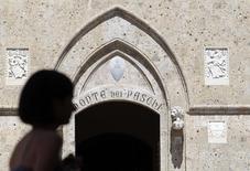 La tension au sein de Banca Monte dei Paschi di Siena est montée d'un cran vendredi, plusieurs sources rapportant que le président de la banque, Alessandro Profumo, pourrait démissionner si les actionnaires reportent l'augmentation de capital de trois milliards d'euros qu'il juge vitale et urgente. /Photo d'archives/REUTERS/Stefano Rellandini