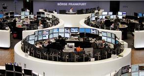 Les Bourses européennes ont clôturé en forte hausse vendredi, dans des volumes limités en cette période de fêtes de fin d'année, au lendemain de nouveaux records inscrits à Wall Street. Le CAC 40 a terminé sur un gain de 1,4%, la Bourse de Francfort a pris 1,06%, finissant à un nouveau plus haut historique et celle de Londres a progressé de 0,85%. /Photo d'archives/REUTERS/Remote