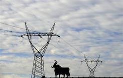 Le gouvernement espagnol a décrété vendredi une hausse de 2,3% des prix de l'électricité au premier trimestre 2014 et expliqué travailler à définir une nouvelle formule de calcul des tarifs grand public, après plusieurs tentatives avortées de réforme du marché national de l'énergie. /Photo prise le 26 décembre 2013/REUTERS/Eloy Alonso