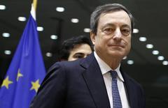 O presidente do BCE, Mario Draghi, chega para audiência do Comitê de Assuntos Econômicos e Monetários do Parlamento Europeu, em Bruxelas. Draghi não vê uma necessidade urgente para mais cortes na principal taxa de juros da zona do euro e também nenhum sinal de deflação, ele disse em uma entrevista publicada neste sábado. 16/12/2013 REUTERS/Francois Lenoir