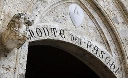 La banque italienne en difficulté Monte dei Paschi di Siena a été contrainte samedi de reporter une augmentation de capital de trois milliards d'euros censée lui éviter une nationalisation mais qui se heurte à l'opposition d'une partie de ses actionnaires. /Photo prise le 25 janvier 2013/REUTERS/Stefano Rellandini
