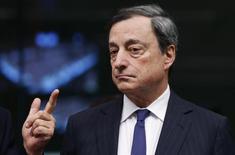 El presidente del Banco Central Europeo, Mario Draghi, asiste a una reunión de la zona euro en Bruselas este mes. REUTERS/Francois Lenoir. Draghi no ve una necesidad urgente de recortar nuevamente la principal tasa de interés de la zona euro y tampoco considera que existen señales de deflación en Europa, según una entrevista publicada el sábado por un semanario alemán.