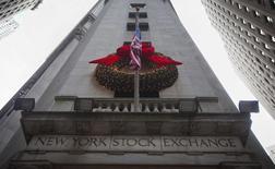 Alors que Wall Street paraît bien partie pour enregistrer cette année sa meilleure performance depuis 16 ans, les traders ne voient pas la Bourse réitérer l'exploit l'an prochain, sans pour autant verser dans le pessimisme. /Photo prise le 27 décembre 2013/REUTERS/Carlo Allegri