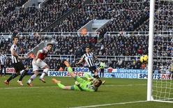 Olivier Giroud, do Arsenal, marca seu gol contra o Newcastle United durante a partida pelo Campeonato Inglês em Newcastle. Giroud acabou com um período de sete jogos sem marcar, ajudando o Arsenal a vencer o Newcastle United por 1 x 0 e a voltar ao topo da Premier League (Campeonato Inglês), enquanto Everton ganhou do Southampton por 2 x 1, ficando entre os quatro primeiros times da tabela neste domingo. 29/12/2013 REUTERS/Nigel Roddis