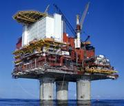 Vista de la plataforma de crudo Statfjord A operada por la compañía noruega Statoil. REUTERS/Oddvar Walle Jensen. La producción de crudo en la plataforma Statfjord A en el Mar del Norte fue suspendida el sábado debido a una filtración de gas y petróleo, lo que provocó que cerca de la mitad de los 168 empleados de la planta fueran evacuados en helicóptero, dijo el operador noruego Statoil.