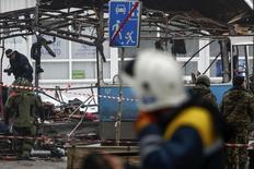 Сотрудники экстренных служб осматривают взорванный троллейбус в Волгограде 30 декабря 2013 года. Как минимум 10 человек погибли, 15 получили ранения в результате взрыва в троллейбусе в Волгограде, ставшего вторым за сутки масштабным актом насилия в одном из крупнейших городов России. REUTERS/Sergei Karpov