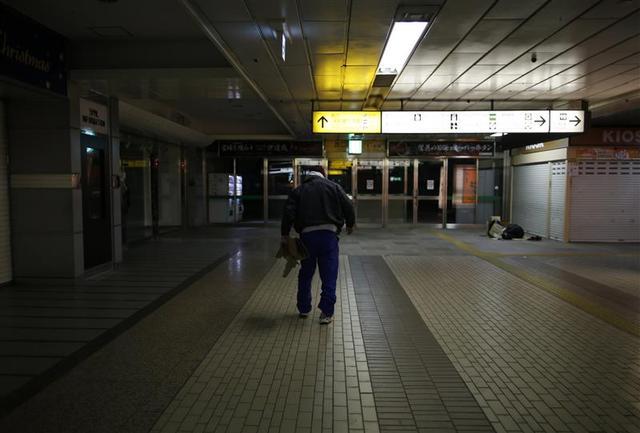 Shizuya Nishiyama, a 57-year-old homeless man from Hokkaido, walks at Sendai Station in Sendai, northern Japan December 18, 2013. REUTERS/Issei Kato