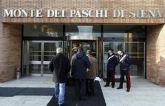 Banca Monte dei Paschi di Siena recule lundi à la Bourse de Milan, où les opérateurs sont de plus en plus nombreux à craindre que la plus vieille banque du monde ne doive en passer par la case nationalisation pour assurer sa survie. /Photo prise le 25 janvier 2013/REUTERS/Stefano Rellandini
