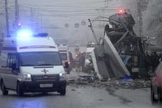 Сотрудники экстренных служб у места взрыва троллейбуса в Волгограде 30 декабря 2013 года. Как минимум 14 человек погибли, около 30 получили ранения в результате взрыва в троллейбусе в Волгограде, ставшего вторым за сутки масштабным актом насилия в одном из крупнейших городов России. REUTERS/Sergei Karpov
