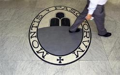 Logo de Monte Dei Paschi Di Siena en Roma, sep 24, 2013. El Gobierno italiano dijo el lunes que quiere que Banca Monte dei Paschi di Siena complete su planeado aumento de capital de 3.000 millones de euros (4.100 millones de dólares) y que no tiene interés en nacionalizar al prestamista en problemas. REUTERS/Alessandro Bianchi