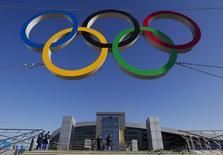 """Anéis olimpícos fotografados em frente à recém-construída estação de trem """"Adler"""", na cidade de Sochi, Rússia. O Comitê Olímpico Internacional não tem dúvida de que as autoridades russa estarão aptas a garantir a segurança da Olimpíada de Inverno, disse uma porta-voz nesta segunda-feira, após dezenas de pessoas morrerem em duas explosões na cidade de Volgogrado. 24/12/2013. REUTERS/Maxim Shemetov"""