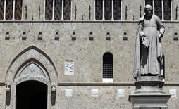 Le gouvernement italien a exhorté lundi Banca Monte dei Paschi di Siena à mener à bien son augmentation de capital de trois milliards d'euros et éviter ainsi une nationalisation. La banque doit lever des capitaux pour rembourser l'aide de 4,1 milliards d'euros reçue de l'Etat italien au début de l'année. /Photo d'archives/REUTERS/Stefano Rellandini