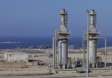 Vista general del puerto petrolero Marsa al Hariga en Tobruk, ago 20, 2013. El puerto petrolero libio de Hariga permanecía cerrado el lunes pese a las promesas de un funcionario del área energética la semana pasada, quien aseguró que la terminal retomaría sus servicios tras un cierre de meses que ha privado al país de los ingresos provenientes del sector. REUTERS/Ismail Zitouny