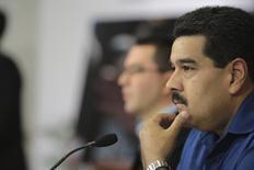 Venezuela cerró el año con un crecimiento económico de un 1,6 por ciento y la mayor inflación de América Latina, que llegó al 56,2 por ciento, pese a que los precios se desaceleraron en los últimos dos meses del año tras una agresiva campaña del presidente Nicolás Maduro para reducir la inflación. En la foto, Maduro en una rueda de prensa con la prensa extranjera. Dic 30, 2013. REUTERS/Palacio de Miraflores