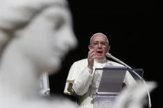 Le Vatican s'est senti obligé mardi d'affirmer que le pape François n'avait pas aboli le péché, rectifiant le propos de l'intellectuel athée Eugenio Scalfari. /Photo prise le 29 décembre 2013/REUTERS/Max Rossi