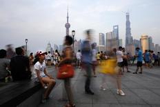 A Shanghai. La Commission de développement national et de réforme, plus importante instance de planification en Chine, s'est engagée mardi à renforcer sa surveillance des structures de financement des collectivités locales afin de contrôler leur niveau d'endettement. /Photo prise le 25 juillet 2013/REUTERS/Carlos Barria