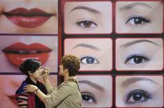 Le groupe américain de cosmétiques Revlon a annoncé mardi sa décision de se désengager du marché chinois dans le cadre d'une restructuration censée lui permettre d'économiser 11 millions de dollars (huit millions d'euros) par an. /Photo d'archives/REUTERS