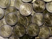 Monedas de 2 euros acuñadas en la Fábrica Nacional de Moneda y Timbre de Austria (Muenze Oesterreich) en Viena, jun 20, 2013. El euro bajaba el martes pero todavía estaba en vías de registrar el mejor desempeño entre las principales monedas globales este año, mientras que el dólar se aprestaba a anotar su mayor avance anual contra el yen desde 1979. REUTERS/Leonhard Foeger