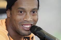 Ronaldinho, do Atlético Mineiro, concede entrevista coletiva em Belo Horizonte, em julho. 23/07/2013 REUTERS/Andres Stapff