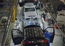 Funcionários trabalham dentro de fábrica que produz automóveis em Shenyang, China, 9 de novembro de 2013. A atividade industrial da China desacelerou em dezembro, mostraram tanto pesquisas oficial quanto privada, reforçando a visão de que o crescimento na segunda maior economia do mundo moderou no último trimestre de 2013. REUTERS/Stringer