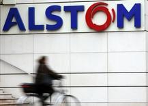 Alstom abandonnait 2,13% vers 12h40, plus forte baisse du CAC 40 qui perdait à la même heure 0,91% à 4.256,65 points dans des volumes restant limités. /Photo prise le 6 novembre 2013/REUTERS/Philippe Wojazer