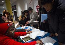 Foire à l'emploi à Coney Island dans l'Etat de New York. Les inscriptions hebdomadaires au chômage ont baissé pour la deuxième semaine d'affilée aux Etats-Unis lors de la semaine au 28 décembre, à 339.000 contre 341.000 (révisé) la semaine précédente. /Photo prise le 11 décembre 2013/REUTERS/Eric Thayer