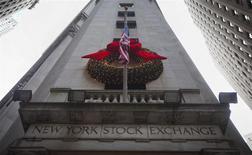 Wall Street débute en léger recul jeudi malgré de bons indicateurs d'activité et d'emploi publiés aux Etats-Unis, entamant l'année dans le rouge après une année 2013 marquée par la meilleure performance de l'indice S&P 500 depuis 1997. Le Dow Jones perdait 0,57% dans les premiers échanges, le Standard & Poor's 500 cédait 0,57% et le Nasdaq Composite reculait de 0,75%. /Photo prise le 27 décembre 2013/REUTERS/Carlo Allegri