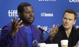 """El actor Michael Fassbender (a la derecha) y el director Steve McQueen durante una conferencia de prensa para """"12 Years A Slave"""" en el Festival Internacional de Cine de Toronto sep 7, 2013. El drama sobre la esclavitud en Estados Unidos """"12 Years a Slave"""", la película de estafadores ambientada en la década de 1970 """"American Hustle"""" y el thriller espacial """"Gravity"""" figuraron entre los 10 filmes nominados el jueves como mejor producción de una película por el Sindicato de Productores. REUTERS/Fred Thornhill"""