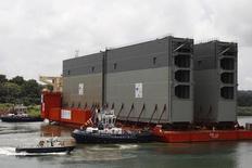 Os primeiros quatro portões do terceiro conjunto de eclusas do Canal do Panamá são vistos sobre um navio de carga durante a sua chegada em Colon City, no Panamá, em agosto do ano passado. 20/08/2013 REUTERS/Carlos Jasso