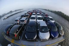 La baisse des ventes de voitures neuves en Allemagne s'est accélérée en 2013, le marché des voitures de tourisme tombant sous le seuil des trois millions de véhicules pour la première fois depuis 2010. Les immatriculations de voitures neuves ont diminué de 4,2% à 2,95 millions, après un recul de 2,9% en 2012. /Photo prise le 13 septembre 2013/REUTERS/Wolfgang Rattay