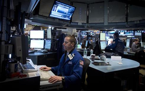 Wall St. closes flat after Fed comments