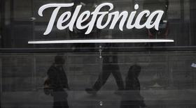 """Logo de Telefónica, Madrid, nov 8, 2013. El grupo español de telecomunicaciones Telefónica está trabajando en una oferta conjunta para comprar la brasileña TIM Participacoes y dividir la unidad móvil de Telecom Italia, dijo el viernes un diario italiano citando """"fuentes fiables"""". REUTERS/Sergio Pérez"""