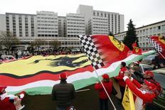 Fãs franceses, italianos e alemães da Ferrari comparecem a uma homenagem silenciosa ao 45º aniversário do piloto sete vezes campeão de Fórmula 1 Michael Schumacher, em frente ao hospital em que ele se encontra internado após um acidente de esqui, em Grenoble. 3/01/2014. REUTERS/Charles Platiau