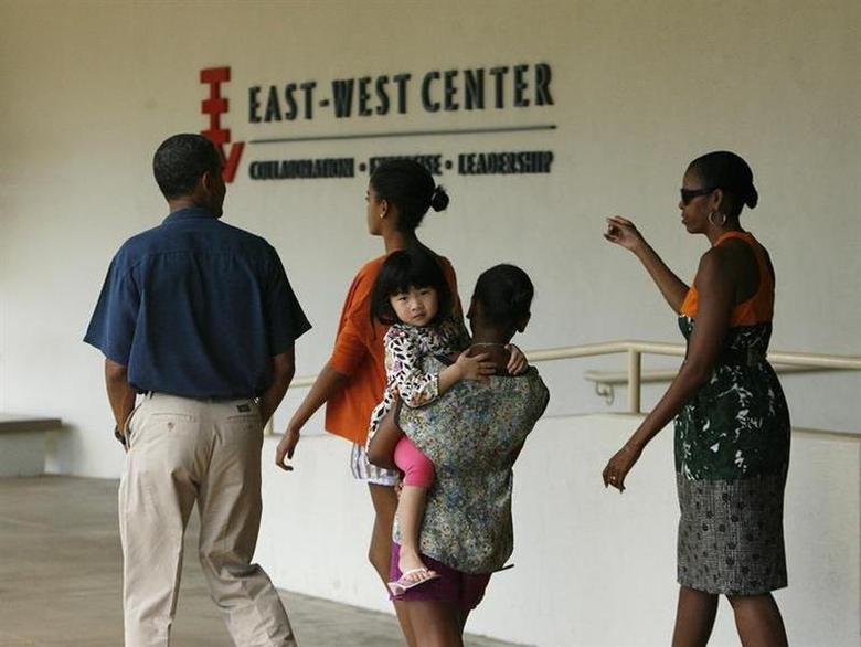 U.S. President Barack Obama and the First Family leave an exhibit about his mother's work in Indonesia at the East West Center at the University of Hawaii in Honolulu January 1, 2012. REUTERS/Hugh Gentry